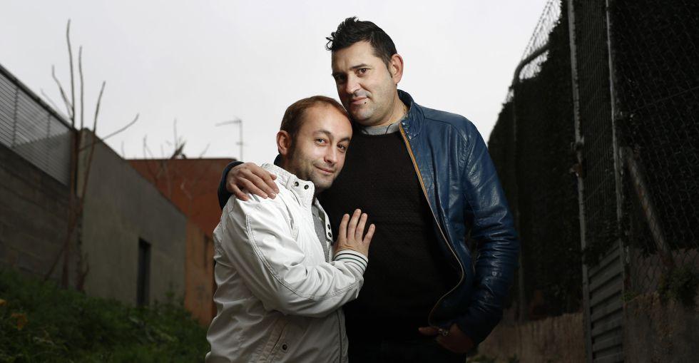 Salvador Alférez, a la derecha, con su pareja, el miércoles en Madrid.