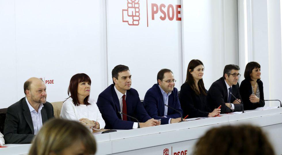 El secretario general del PSOE, Pedro Sánchez, junto a su equipo, al inicio de la reunión de la Comisión Ejecutiva Federal este miércoles.