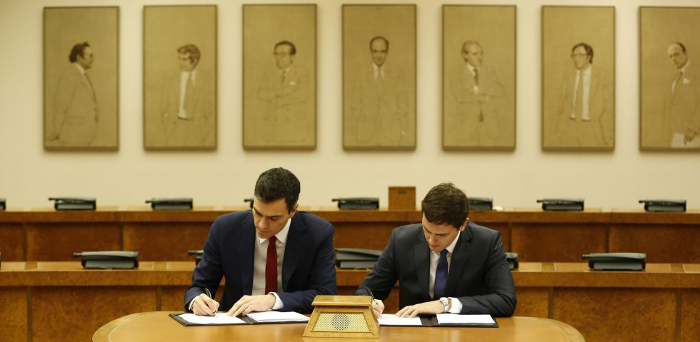 Sánchez y Rivera firman el pacto entre PSOE y Ciudadanos este miércoles.
