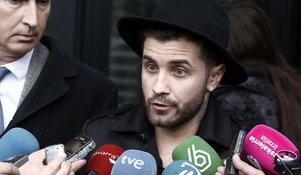 Abel Azcona a su salida del Palacio de Justicia de Pamplona, este jueves.
