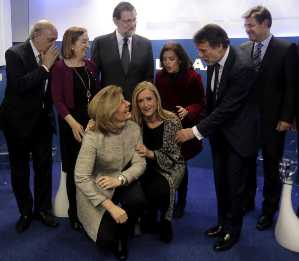 Rajoy con Ana Pastor (izquierda) y Sáenz de Santamaría. Agachadas, Fátima Bañez y Cristina Cifuentes.
