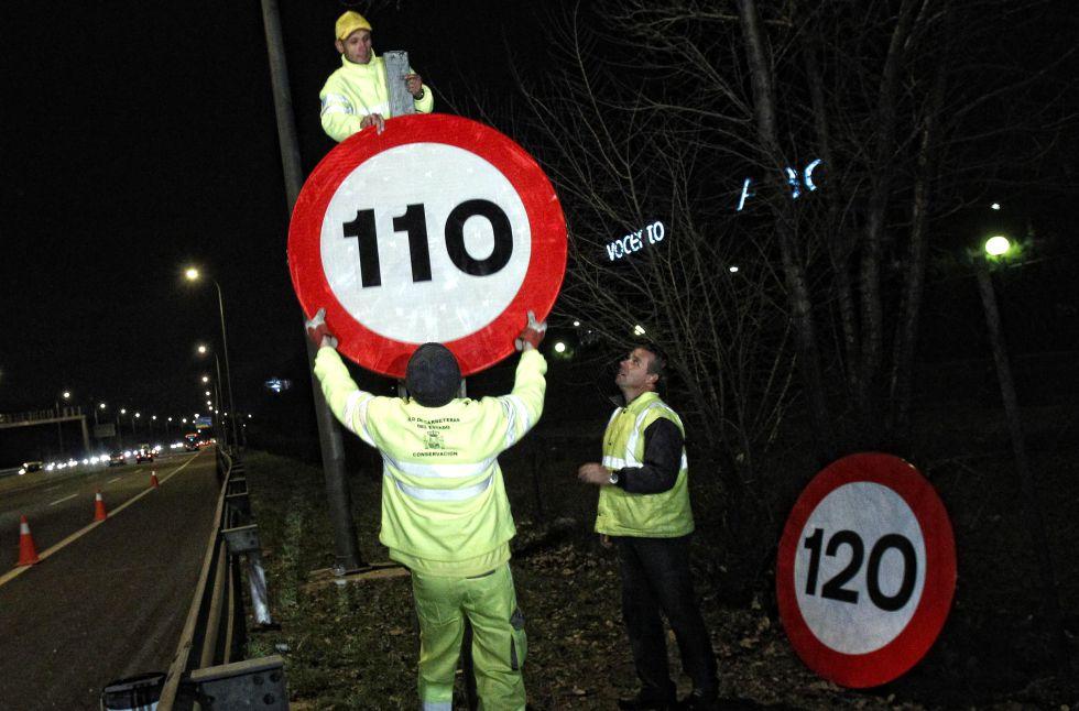 Operarios cambiando las señalas de las autovías y autopistas en 2011.