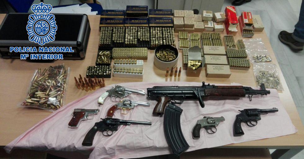 Parte de los materiales intervenidos por la Policía en los registros.