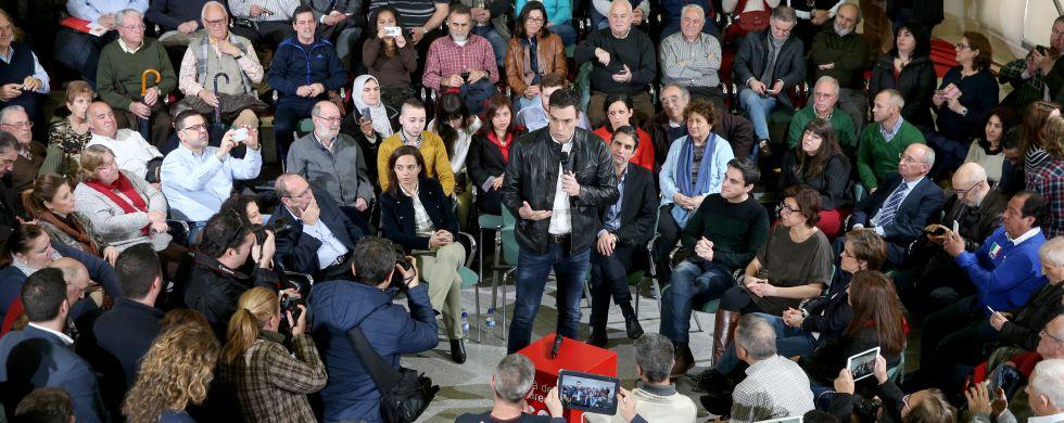 Pedro Sánchez, ayer en una asamblea con unos 200 militantes del PSOE en Alcalá de Henares (Madrid).