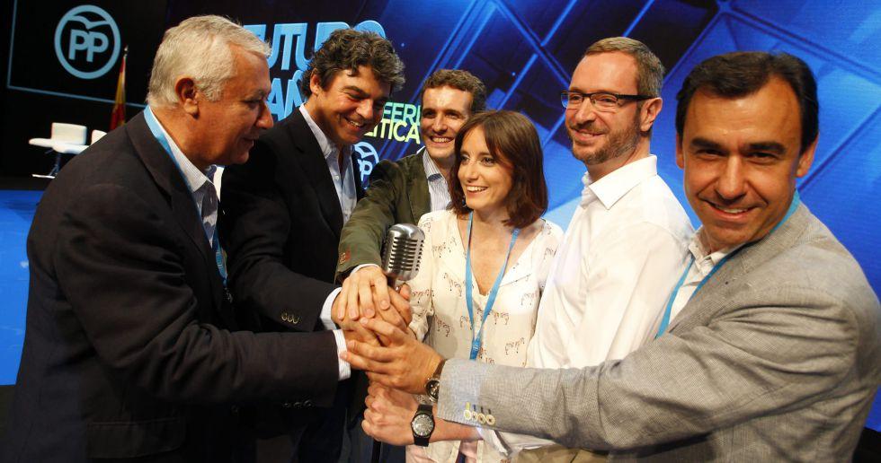 De izquierda a derecha, las caras nuevas del PP, Casado, Levy, Maroto y Martínez-Maillo, pelean por un micrófono con Moragas y Arenas en la conferencia política del partido de julio de 2015.
