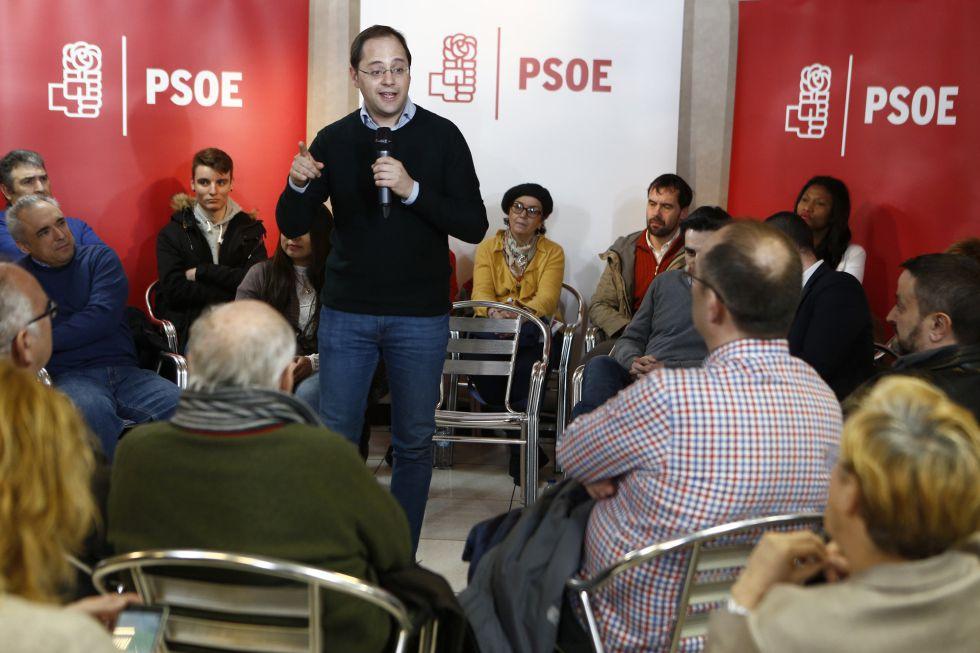 César Luena, en la agrupación del PSOE en Villa de Vallecas.