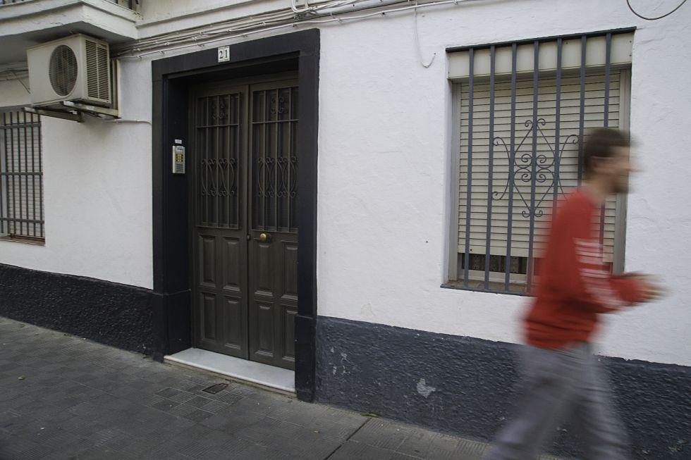 Un vecino de Dos Hermanas (Sevilla) pasa por el edificio donde ha sido hallado un cadáver.