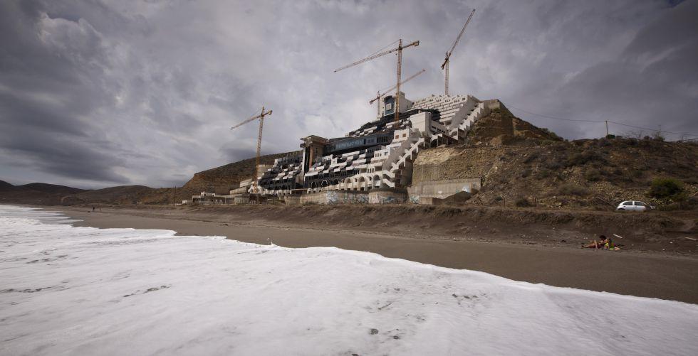 El hotel levantado en la playa de El Algarrobico, en Carboneras.