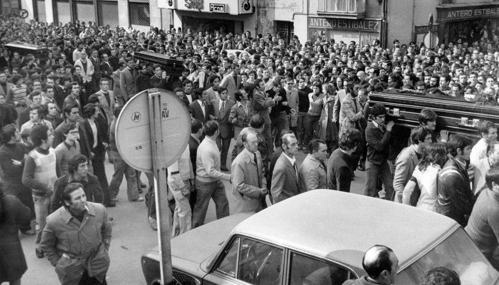 Los féretros de los tres primeros obreros que murieron recorren Vitoria el 5 de marzo de 1976. Luego fallecerían otros dos.
