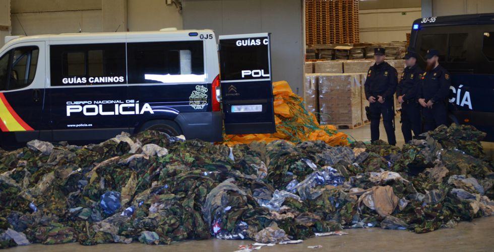 Parte de los uniformes militares destinados al ISIS incautados por la policía.