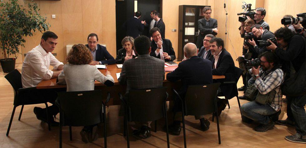 Pedro Sánchez reunido este jueves con su equipo de negociación.