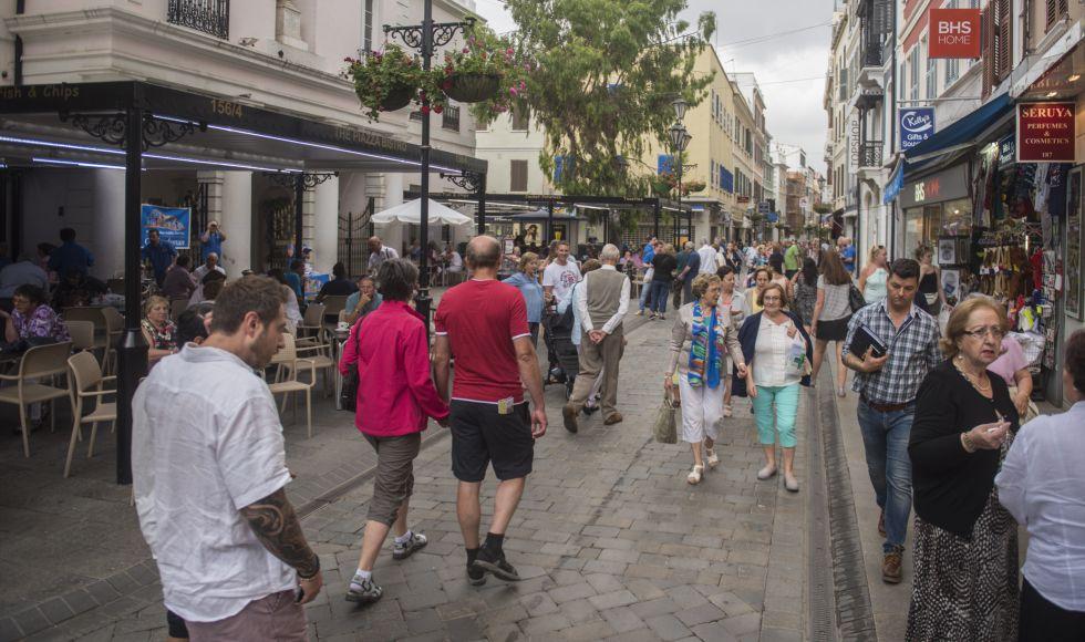 Turistas paseando por Main Street, la arteria principal de Gibraltar.