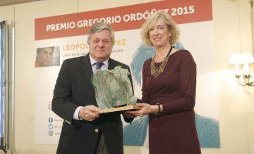 Ana Iribar, viuda de Gregorio Ordóñez, entrega el premio a Leopoldo López, padre del opositor del mismo nombre.