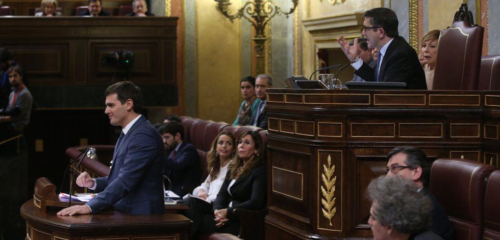 Albert Rivera sonríe mientras Patxi López reclama silencio.