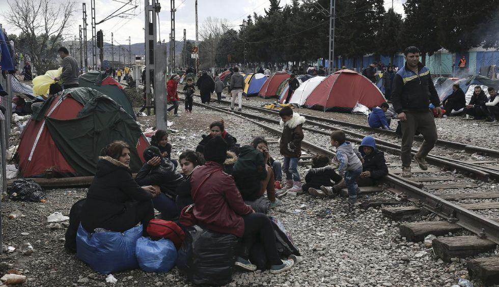 Refugiados en el campamento de Idomeni (Grecia), este viernes.