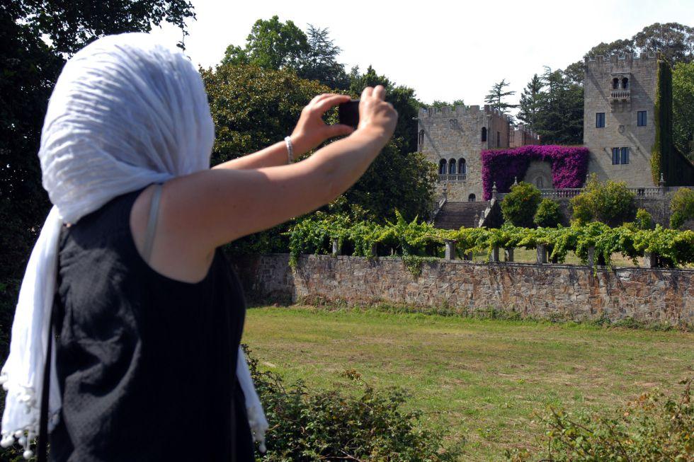 Una visitante fotografía el pazo de Meirás (siglo XVIII) en julio de 2011.