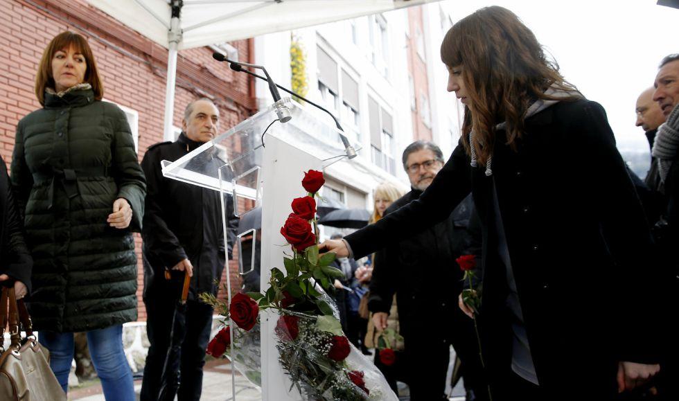 Sandra Carrasco, hija de Isaías Carrasco, deposita una flor en el lugar donde fue asesinado su padre en Mondragón.