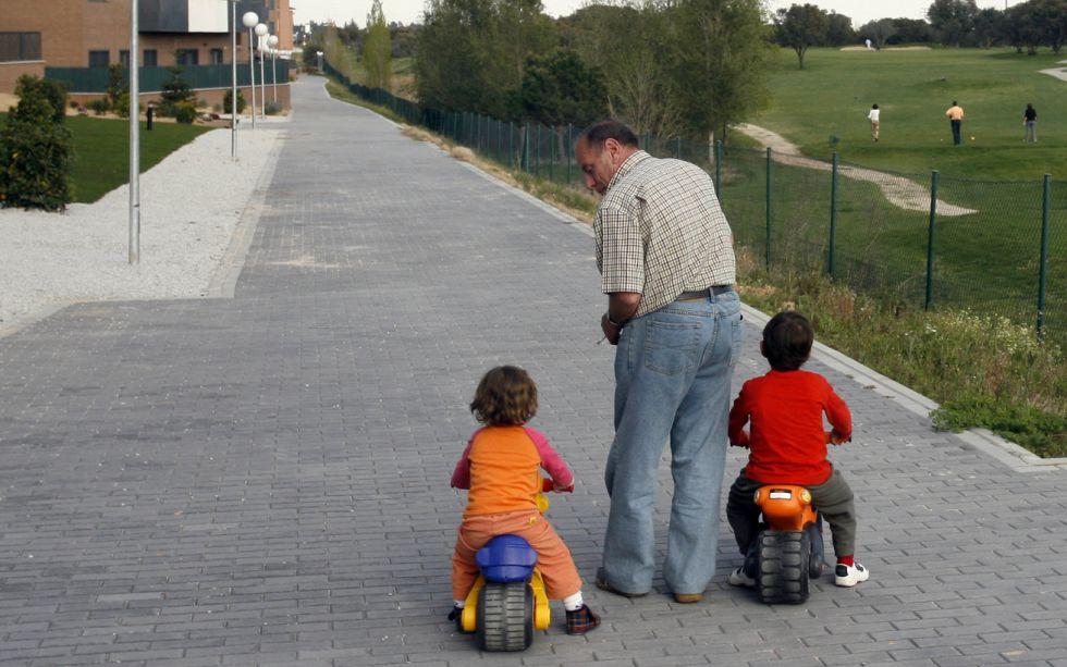 Un abuelo con sus nietos en Majadahonda.