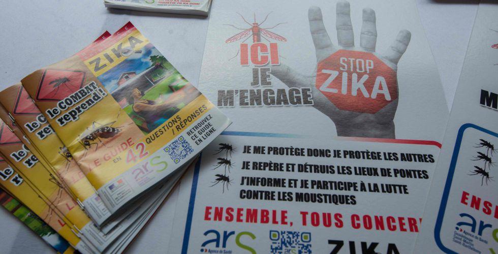 Carteles y folletos informativos sobre el virus del zika.