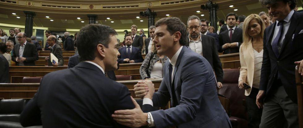 Pedro Sánchez y Albert Rivera se saludan en el Congreso.