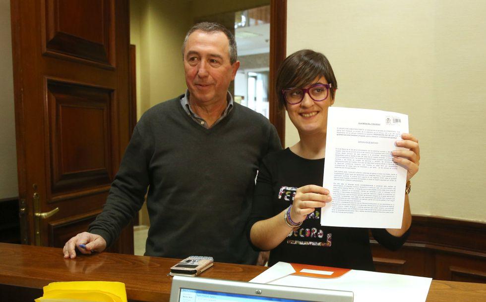 Los diputados, Joan Baldovi y Marta Sorli, registran su petición en el Congreso.