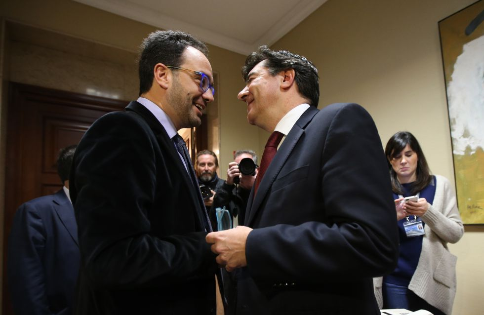 Antonio Hernando conversa con el portavoz del PP José Antonio Bermúdez, esta mañana.rn