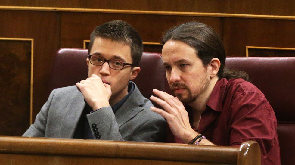 Pablo iglesias e Íñigo Errejón durante la sesión de investidura en el Congreso de los Diputados.