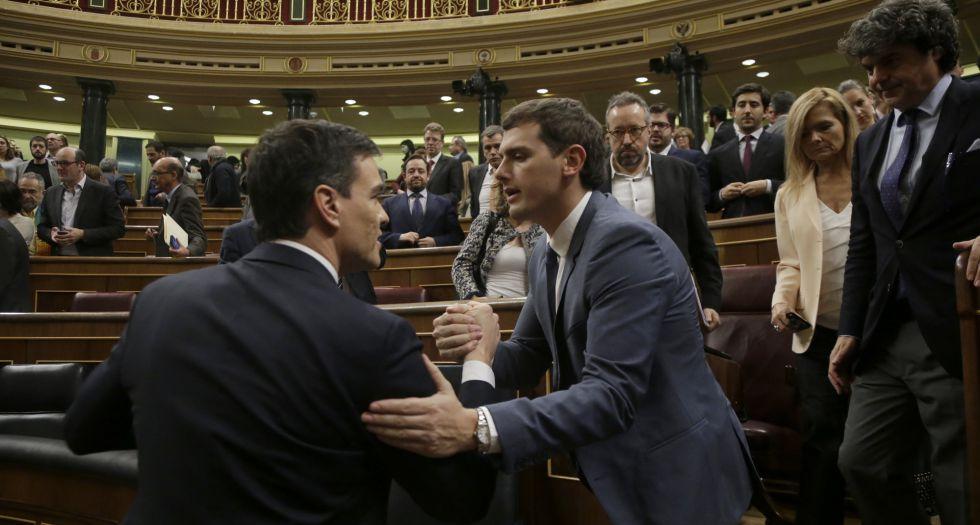 Sánchez (izquierda) y Rivera se saludan en el Congreso, el pasado viernes.