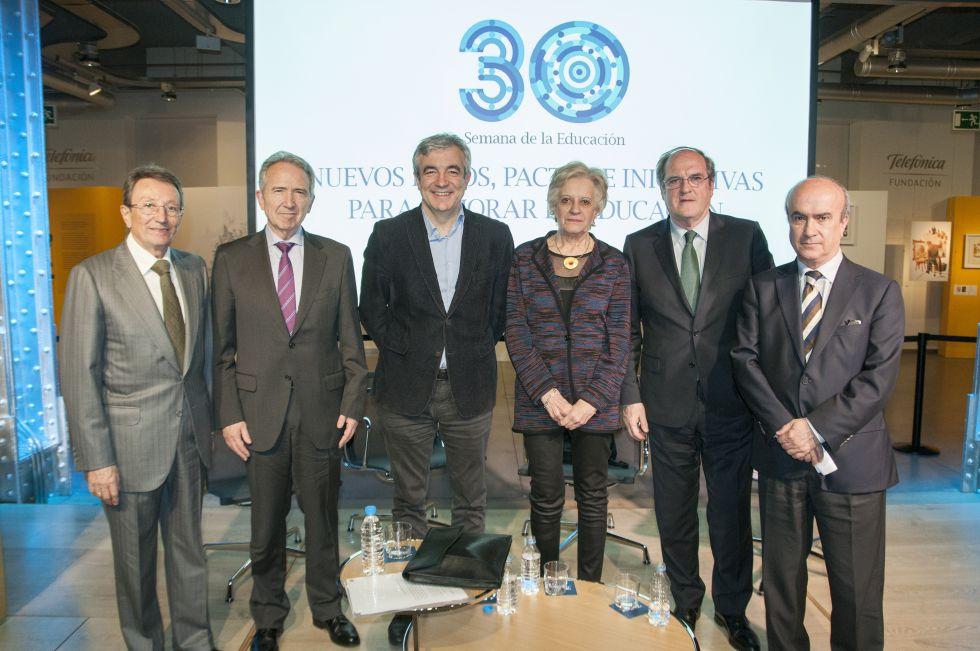 De izquierda a derecha, Emiliano Martínez Rodríguez, vicepresidente de la Fundación Santillana, Francisco López Rupérez, Luis Garicano, Victoria Camps, Ángel Gabilondo y Mariano Jabonero, director de Educación de la Fundación Santillana.