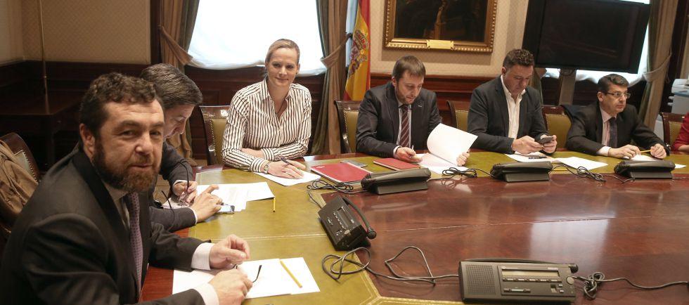Miguel Gutiérrez (izquierda), en la reunión de portavoces de defensa.