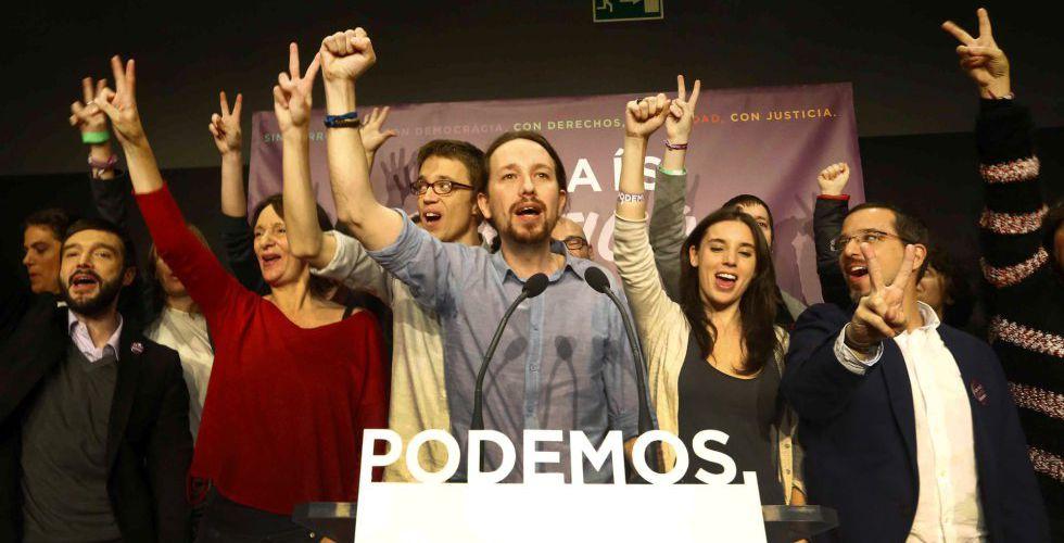 Pablo Iglesias rodeado de su equipo, el 20 de noviembre de 2015.
