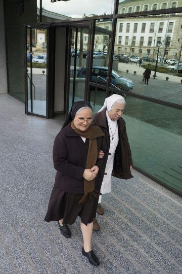 Carmen Longarela Latas, a la derecha, abandona los juzgados después de declarar como investigada.