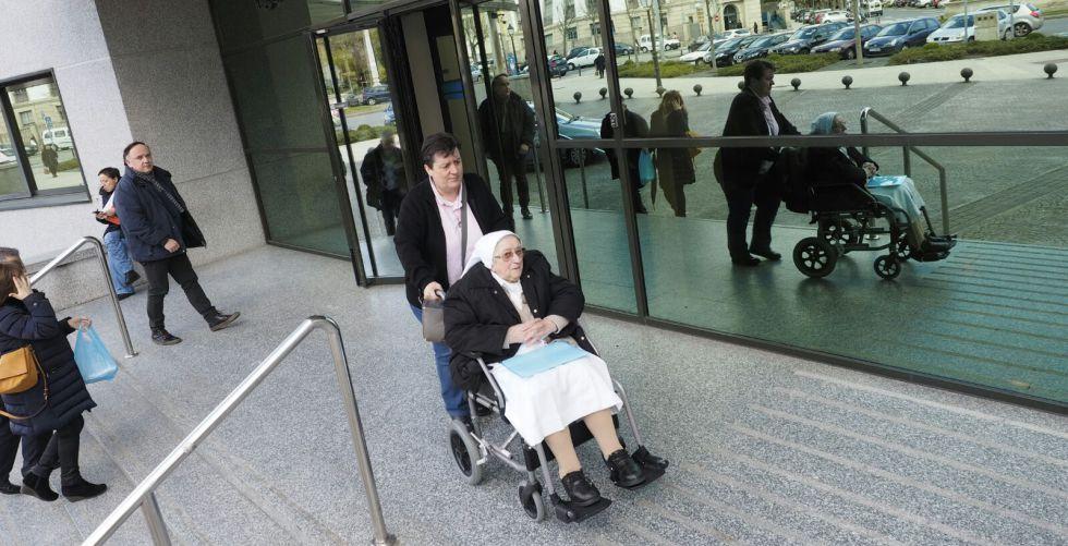 Carmen Vázquez Lamela sale en silla de ruedas de los juzgados de Lugo.