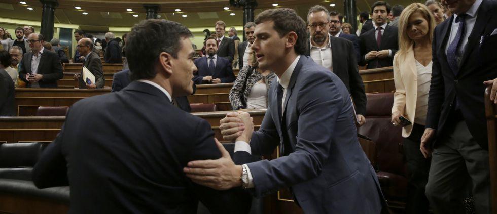 Pedro Sanchez y Albert Rivera se saludan en el Congreso.