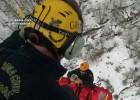 Así rescata la Guardia Civil a dos excursionistas aislados en la nieve