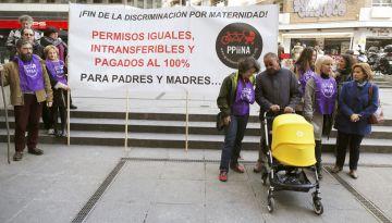 Miembros de Ppiina con una pancarta a favor de los permisos de paternidad igualitarios, este martes en Madrid.