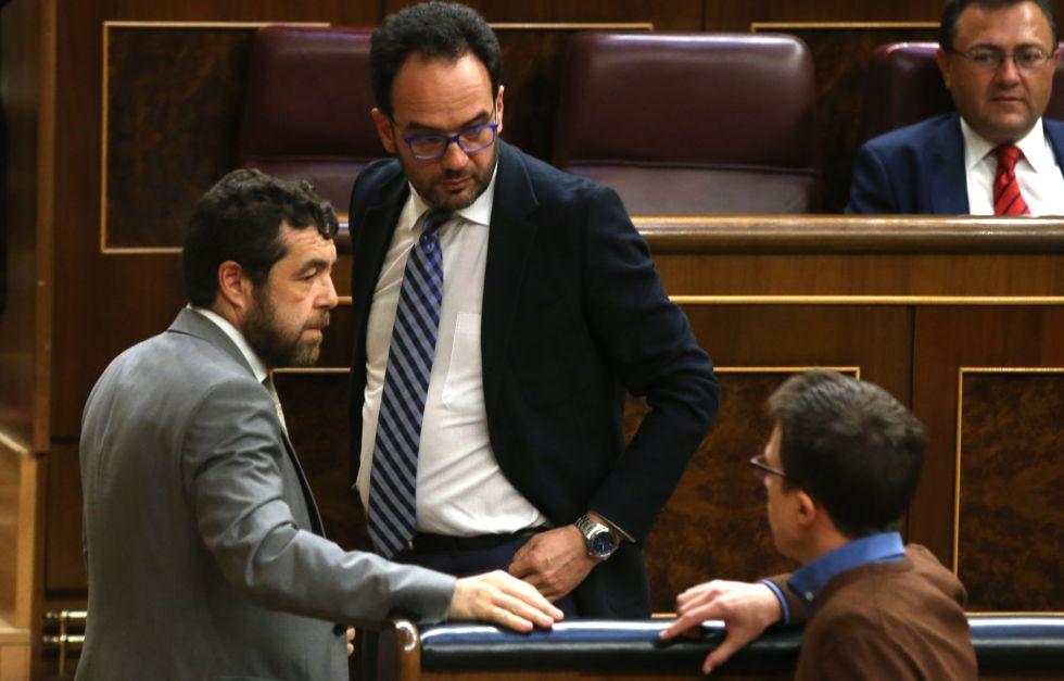 Desde la izquierda, los diputados Miguel Gutiérrez, Antonio Hernando e Íñigo Errejón en el Congreso.