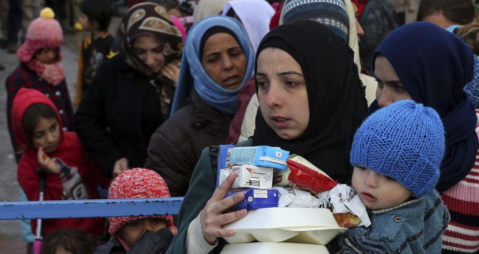Refugiados e inmigrantes en el Puerto del Pireo (Grecia), el martes.