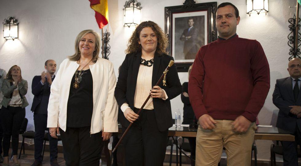 La socialista Teresa Valdenebro (c) con Isabel Barriga (PA) y Álvaro Carreño (IU).