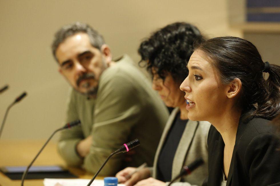 Irene Montero (derecha), Maribel Mora y Raimundo Viejo, el miércoles en el Congreso.