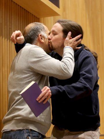 Pablo Iglesias (d), junto al Ariel Jerez (i), cofundador del partido, en un acto de hoy.