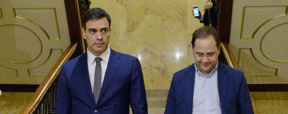 Pedro Sánchez y César Luena en el Congreso.