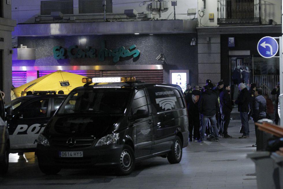 Agentes en la Puerta del Sol de Madrid el 7 de marzo, cuando chocaron dos bandas latinas.