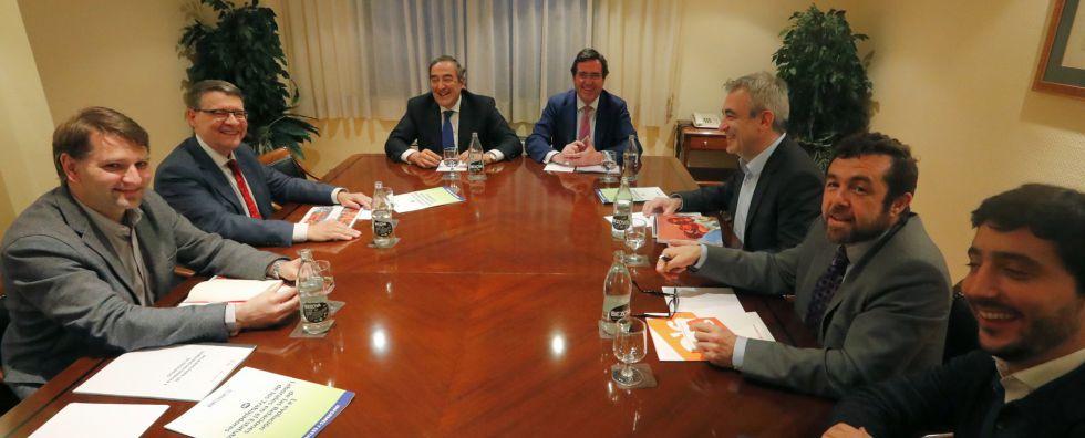 Los equipos del PSOE y de Ciudadanos, con los representantes de la CEOE y de Cepyme.