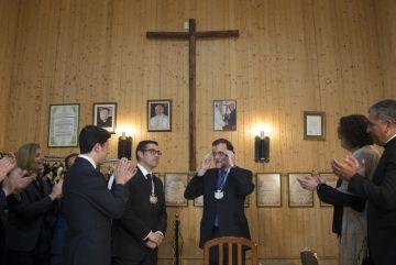 Rajoy recibe la medalla de una hermandad de Ayamonte.