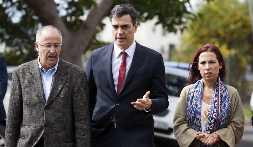 Pedro Sánchez, Francisco Hernández Spínola, y Patricia Hernández, en su visita a las islas, este martes.