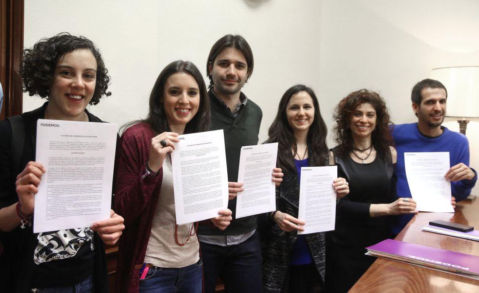 Nagua Alba (a la izquierda), junto a diputados de su partido en una imagen de archivo.