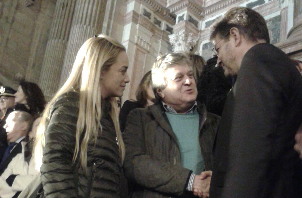 Lilian Tintori, esposa de Leopoldo López, y el padre de este saludan al ministro de Justicia en funciones, Rafael Catalá, en Málaga.