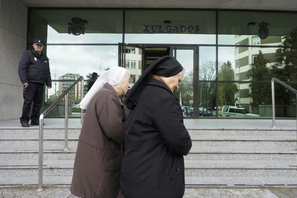 Dos monjas del Hogar Madre Encarnación llegan a los juzgados de Lugo el pasado día 11 de marzo.