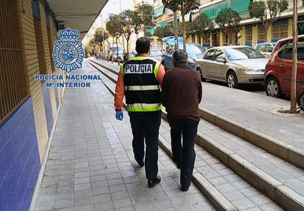 Fotografía capturada de imágenes de televisión de la Policía Nacional de la detención del hombre de 71 años en Alicante.